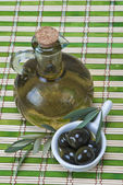 初榨橄榄油上一个竹席 — 图库照片