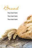 Pan de trigo en un tablero de cuttig — Foto de Stock