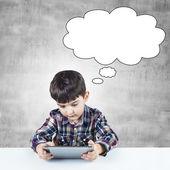 Niño utiliza una tableta digital — Foto de Stock