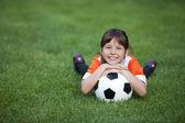 маленькая девочка с футбольным мячом — Стоковое фото