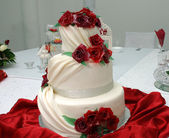 White wedding cake with roses — Stock Photo