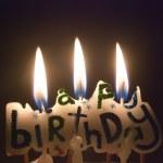 trzy świeczki na urodzinowym torcie — Zdjęcie stockowe