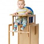 bebé sentado en la silla de comer — Foto de Stock