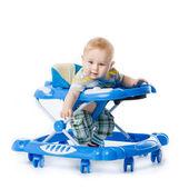 Lilla baby i baby walker. — Stockfoto