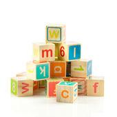 Cubos de juguete de madera con letras. bloques de madera del alfabeto. — Foto de Stock