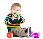 小孩在玩玩具,在白色背景。有趣的小 k — 图库照片