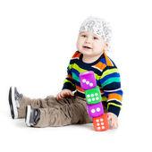 Baby is spelen met speelgoed op witte achtergrond. grappige kleine k — Stockfoto