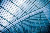 ガラス張りのモダンな高層ビルのシルエット。ビジネスの構築 — ストック写真