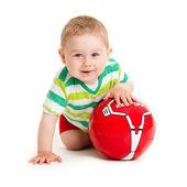 маленький мальчик играет с мячом. красивый маленький ребенок играть с — Стоковое фото