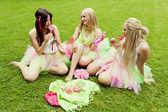 Grupo de amigos mujeres hermosas sonriendo. tres chicas guapas — Foto de Stock