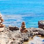Balanced stones, pebbles stacks against blue sea. — Stock Photo