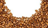 Káva hranice. hnědá kávová zrna izolovaných na bílém pozadí. — Stock fotografie