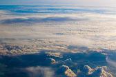 Cielo y las nubes. plano vista desde la ventana. — Foto de Stock
