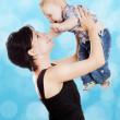 piękne szczęśliwą matką z atrakcyjnych dla dzieci — Zdjęcie stockowe