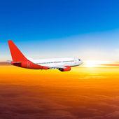 Flygplan i himlen vid solnedgången. ett passagerarplan på himlen — Stockfoto