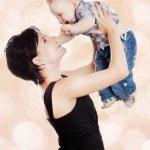 çekici bir bebek ile güzel mutlu anne — Stok fotoğraf