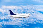 Avião a voar no céu com nuvens — Foto Stock