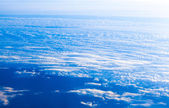 Blauer himmel und weiße wolke. hoch am blauen himmel blick vom flugzeug — Stockfoto
