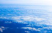 Mavi gökyüzü ve beyaz bulut. uçak görünümünden mavi gök yüksek — Stok fotoğraf