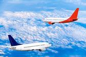 Flugzeug zu fliegen am himmel mit wolken — Stockfoto