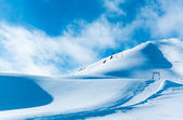 Montaña de la nieve. montañas bajo la nieve en el invierno — Foto de Stock