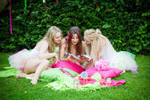 Grup gülümseyen güzel kadın arkadaş — Stok fotoğraf