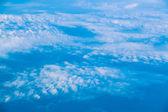 Nuages. vue depuis la fenêtre d'un avion. ciel et nuages. vue en plan de la fenêtre — Photo