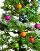 Weihnachtsschmuck. christmas ball und grüne fichte zweig — Stockfoto