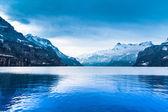 冬の風景です。冬の山を風景します。美しい冬. — ストック写真