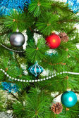 Decoraciones de la navidad. bola de navidad y rama verde abeto — Foto de Stock