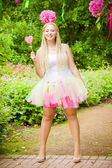 Portrait de jeune fille l'été avec des bonbons sucrés — Photo