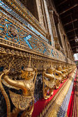 Temple of the Emerald Buddha. Gold ornamental patter statuettes — ストック写真