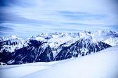 Cima de las montañas. altas montañas bajo la nieve — Foto de Stock