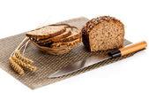新鲜的面包被切片,用面包的木菜板 — 图库照片