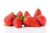 Zralé červené jahody na bílém pozadí, samostatný — Stock fotografie
