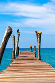 Jetty that leads to an tropical island — Stock Photo