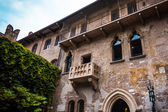 Balcony of Romeo and Juliet in Verona, Italy .  Romeo and Juliet — Stock Photo