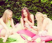 Mooie vrouwelijke vrienden glimlachen — Stockfoto