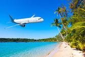 Avion survoler l'océan — Photo