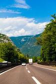 Vit van på motorväg — Stockfoto