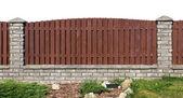 Fragmento de la valla de tablas y ladrillos — Foto de Stock