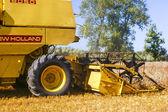 Een afbeelding van combineren oogsten maïs — Stockfoto
