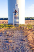 Chica y aerogeneradores — Foto de Stock
