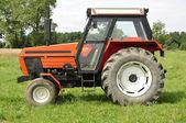 Röda traktorn — Stockfoto