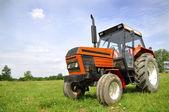 красный трактор — Стоковое фото