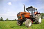 Roter traktor — Stockfoto