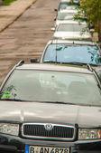 Sznur samochodów zaparkowanych na ulicy — Zdjęcie stockowe