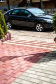 Voiture garée dans la rue — Photo