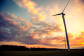 Windkraftanlagen bei sonnenuntergang — Stockfoto