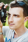 Joven fotógrafo toma fotos — Foto de Stock